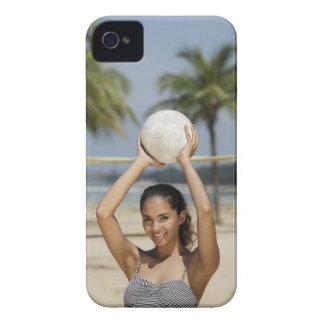 バレーボールを保持していたりおよびで微笑している若い女性 Case-Mate iPhone 4 ケース