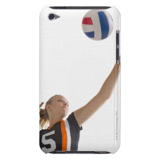 バレーボールを遊んでいる若い女の子(16-17) Case-Mate iPod TOUCH ケース