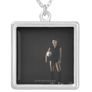 バレーボール、ポートレートを保持している若い女性 シルバープレートネックレス