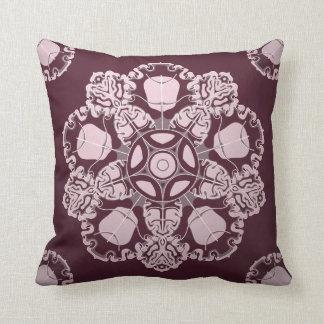 バロック式様式のルビー色のオーナメントが付いている枕 クッション