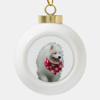 バンダナの円形のクリスマスのオーナメントを持つSamoyed犬 セラミックボールオーナメント