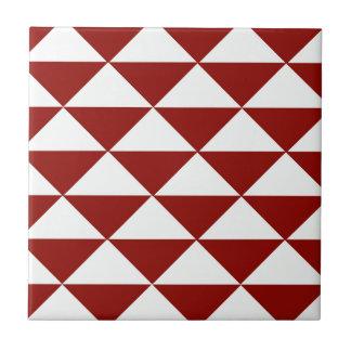 バーガンディおよび白い三角形 タイル