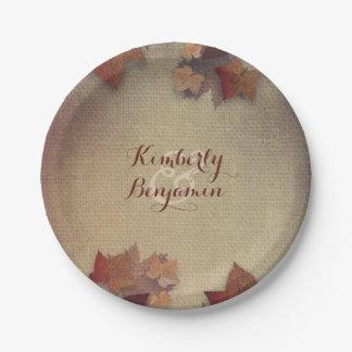 バーガンディのかえでの葉および素朴なバーラップの秋 ペーパープレート