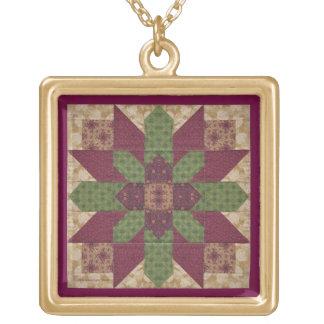 バーガンディのキルトにされた緑の星 ゴールドプレートネックレス