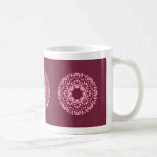 バーガンディのファンシーなピンクのビクトリアンなモチーフ コーヒーマグカップ