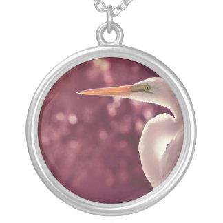バーガンディの右の色合いの白い白鷺の鳥 シルバープレートネックレス