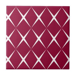 バーガンディの白いダイヤモンドパターン タイル