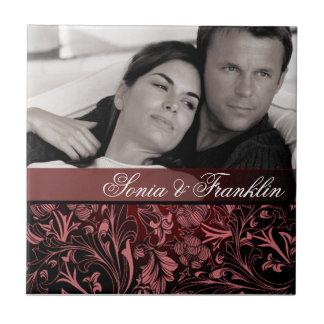 バーガンディの花のダマスク織の写真の結婚式の引き出物 タイル