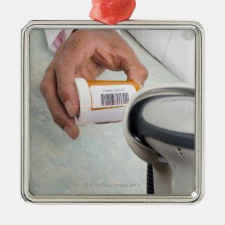 バーコードが付いている薬剤師のスキャンの薬瓶 メタルオーナメント