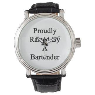 バーテンダーによって得意気に上げられて 腕時計