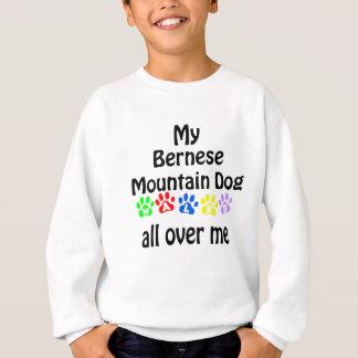 バーニーズ・マウンテン・ドッグの歩行のデザイン スウェットシャツ