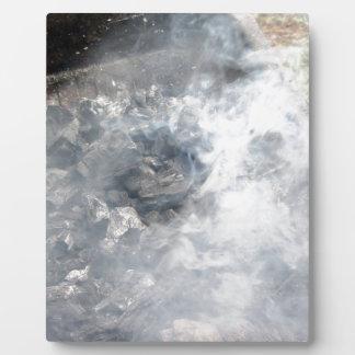 バーベキューの煙る非常に熱い木炭 フォトプラーク