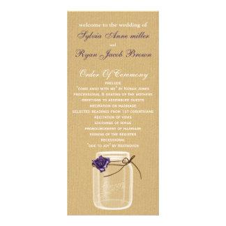 バーラップおよび紫色のバラのメーソンジャーの結婚式プログラム ラックカード