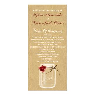 バーラップおよび赤いバラのメーソンジャーの結婚式プログラム ラックカード