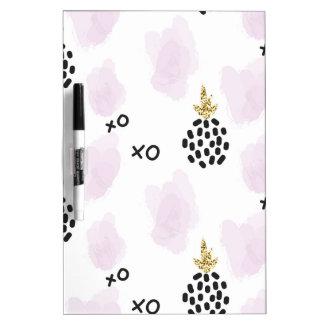 パイナップルおよびピンクのヒョウのプリント。 XOXO ホワイトボード