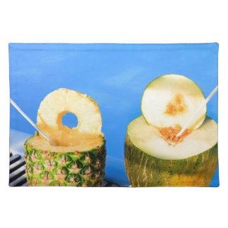 パイナップルおよびメロンはプールでわらと実を結びます ランチョンマット