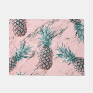 パイナップル及びピンクの大理石の渦巻のモダンな熱帯上品 ドアマット