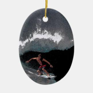 パイプラインのサーファーのクリスマスのオーナメント 陶器製卵型オーナメント
