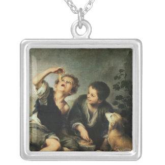 パイ1670-75年を食べている子供 シルバープレートネックレス