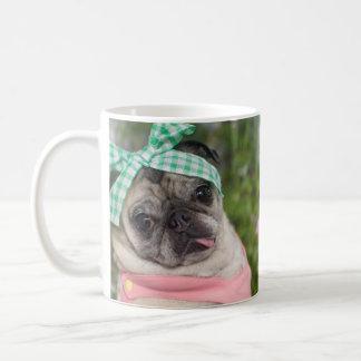 パグおよびキスによる美しいパグのマグ コーヒーマグカップ