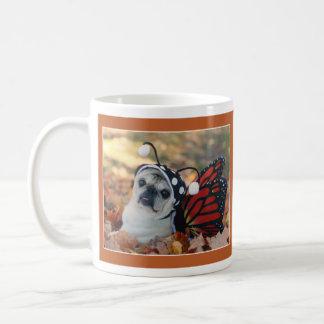 パグおよびキスによる美しい蝶パグのマグ コーヒーマグカップ