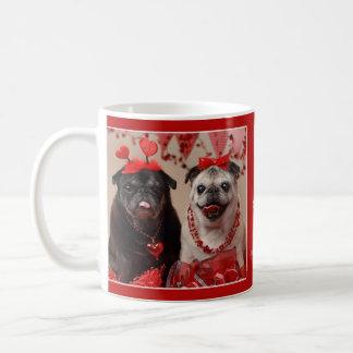 パグおよびキスのバレンタインのパグのマグ コーヒーマグカップ
