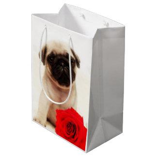 パグの子犬およびばら色のギフトバッグ ミディアムペーパーバッグ