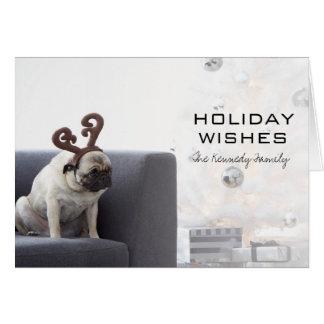 パグ犬のソファの身に着けているトナカイの角 カード