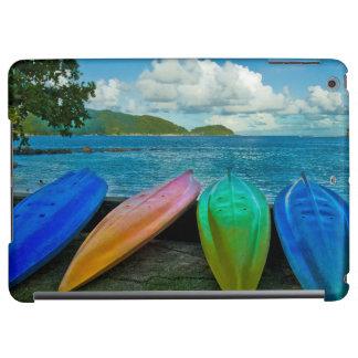 パゴパゴのビーチのカラフルなカヌー