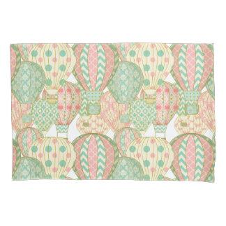 パステル調のピンクおよび水の熱気の気球パターン 枕カバー