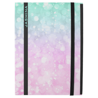 """パステル調のピンク及び緑の《写真》ぼけ味のグリッターのモノグラム iPad PRO 12.9"""" ケース"""