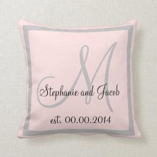 パステル調のローズピンクおよび銀製灰色の結婚式の記念品 クッション