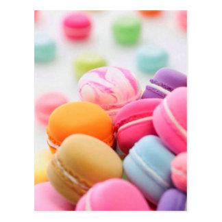 パステル調の虹によってフランス人のMacaronの分散させるクッキー ポストカード