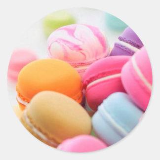 パステル調の虹によってフランス人のMacaronの分散させるクッキー ラウンドシール