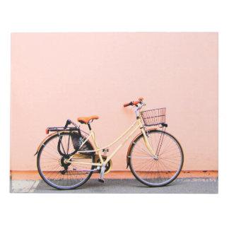 パステル調ピンクのバイクのバスケットの自転車2の車輪 ノートパッド