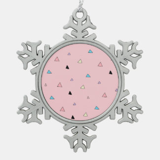 パステル調ピンクはキャンデーの破片の幾何学的な三角形を継ぎ合わせます スノーフレークピューターオーナメント