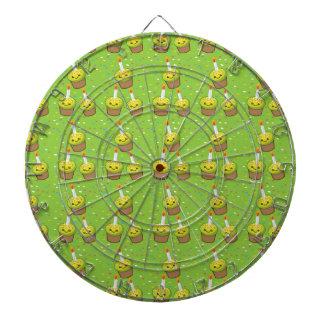 パターンを繰り返す蝋燭が付いているかわいい緑のカップケーキ ダーツボード