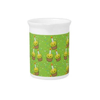 パターンを繰り返す蝋燭が付いているかわいい緑のカップケーキ ピッチャー