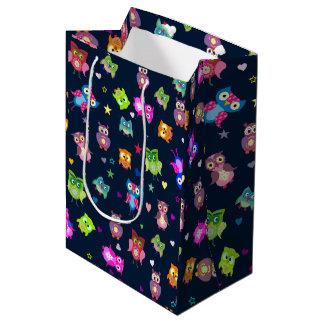 パターン虹のフクロウ ミディアムペーパーバッグ