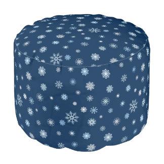 パターン(の模様が)あるなお祝いの冬の雪片 プーフ