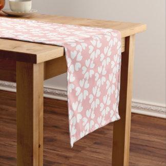 パターン(の模様が)あるなかわいらしいピンクの白く甘い愛ハート ショートテーブルランナー