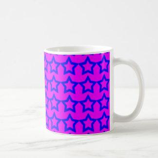 パターン: ブルースターが付いているピンクの背景 コーヒーマグカップ