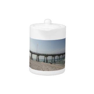 パナマ市のビーチ桟橋のラウンジチェア