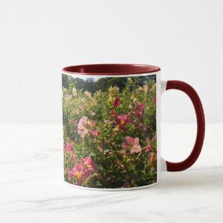 パノラマ式のペチュニアのマグ マグカップ