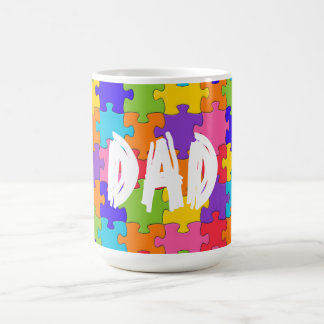 パパのカラフルなジグソーパズルは幸せな難問を継ぎ合わせます コーヒーマグカップ