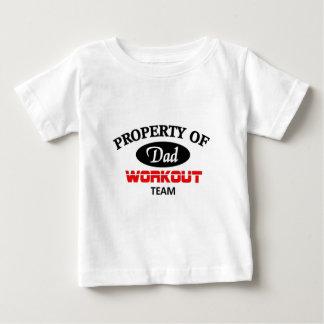 パパのトレーニングのチームの特性 ベビーTシャツ