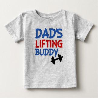 パパの持ち上がる相棒のおもしろいな男の赤ちゃんのワイシャツ ベビーTシャツ