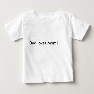 パパはお母さんを愛します! ベビーTシャツ