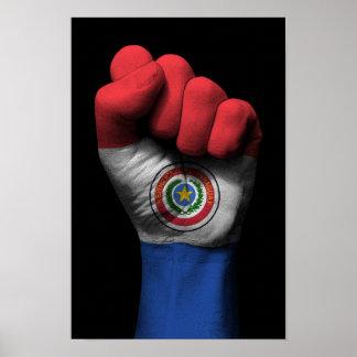 パラグアイの旗が付いている上げられたくいしばられた握りこぶし ポスター