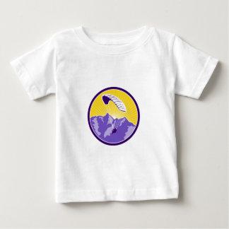 パラグライダーのアルプス山の円のレトロ ベビーTシャツ